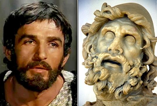 Bekim Femiu ne rolin e Uliksit dhe Uliksi statuje