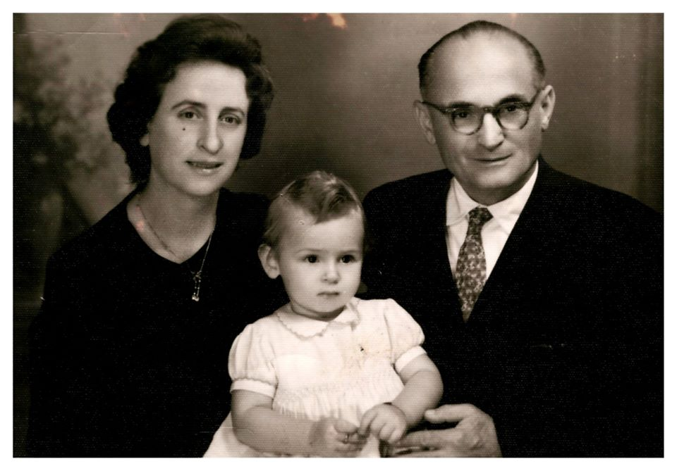 Korrik 1963 - Anisa 1 vjeçare me prinderit e saj.