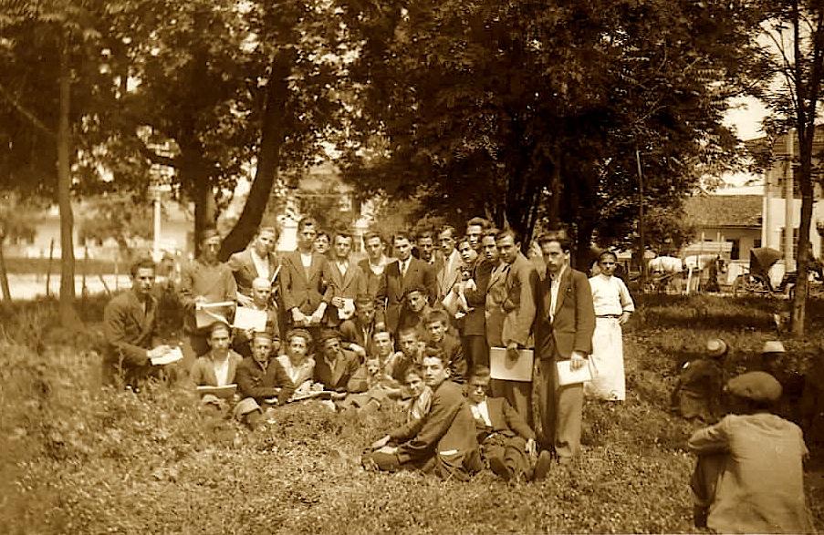 Lasgushi në qendër me nxënës të Gjimnazit të Tiranës (foto e arkivit tPoradeci botohet për herë të parë)