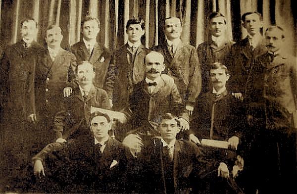 """Shoqëria """"Malli i Mëmëdheut"""", 1905, në mes Petro Nini Luarasi"""
