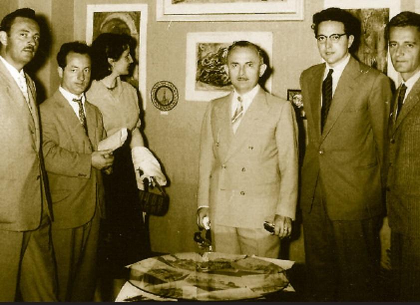 I dytine te majte Lin Delija, i pesti Martin Camaj, i gjashti Viktor Koliqi. Foto e vitit 1957