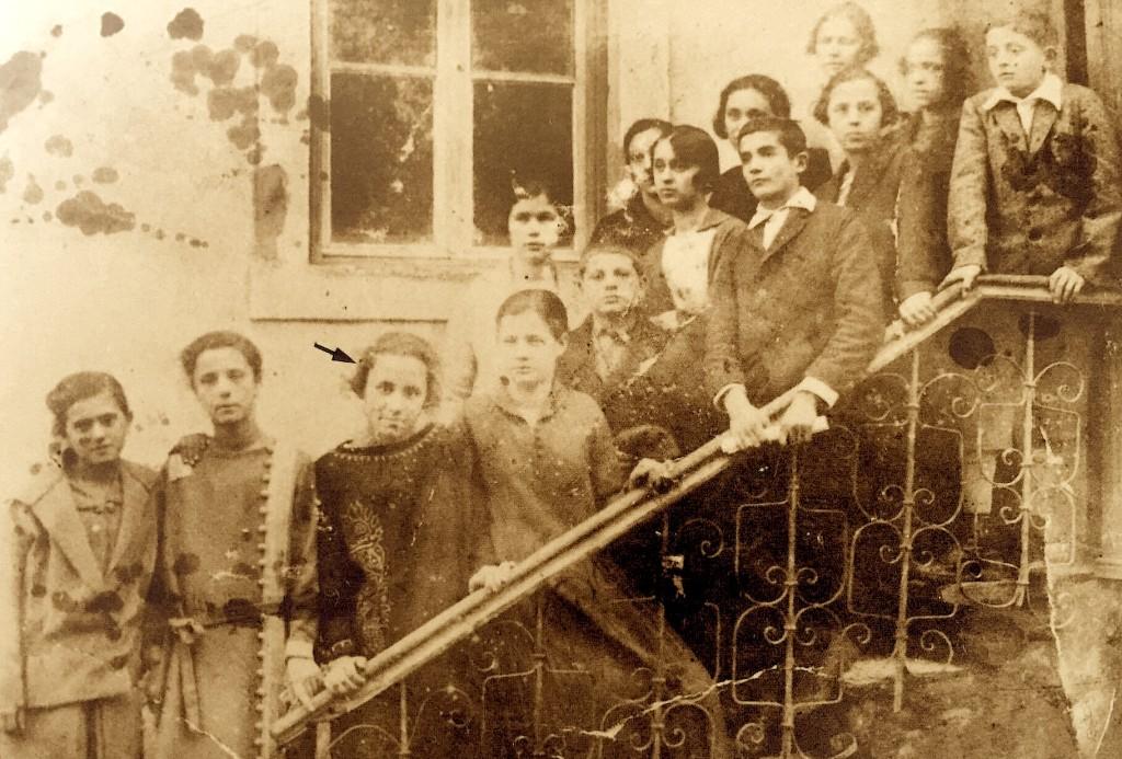 Ganxhe Bojaxhiu me shokët e shkollës - Shkup 1920