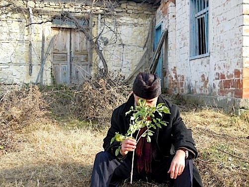 Gëzim Hajdari - para shtëpisë ku lindi Hajdaraj - Lushnje 2012