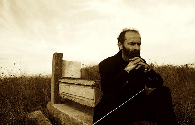 Shkrimtari Gëzim Hajdari te varri i paraardhësve në Vendlindje