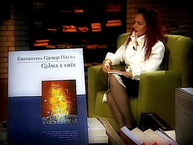 """Autorja Erenestina Halili Gjergj duke folur për """"Gjamën"""" e saj..."""