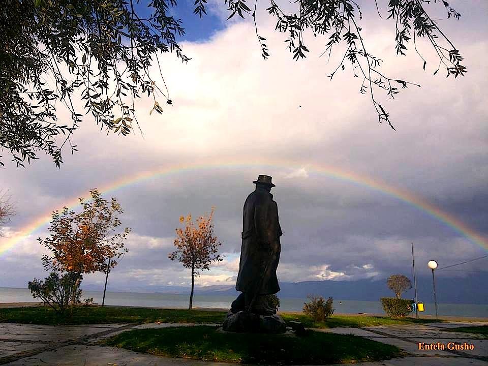 """""""...nuk ish rastësi, që Ylberi i qëndroi aureolë mbi monumentin e tij..."""" Entela Gusho"""