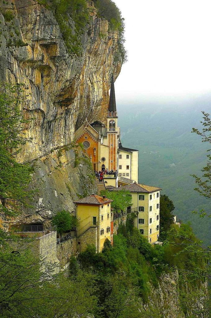 Manastir ne Ferrara di Montebaldo