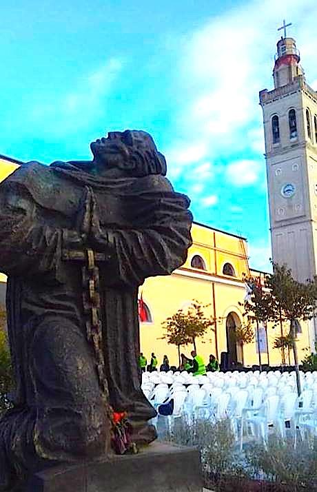 Statuja e Masakrimit të Klerit Katolik