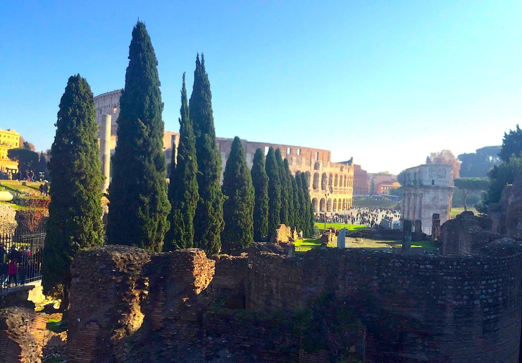 Në Romën e Colosseut - kolonave dhe selvive