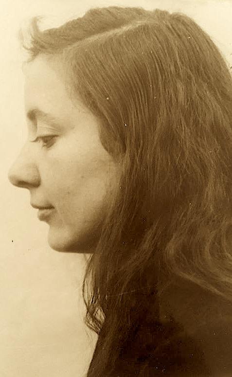 Musine Kokalarit, foto e marre nga dosja e saj, ish fondi sekret i Sigurimit, pjese e fondit te Autoritetit per Informim mbi Dosjet e ish Sigurimit te Shtetit 1944-1991.
