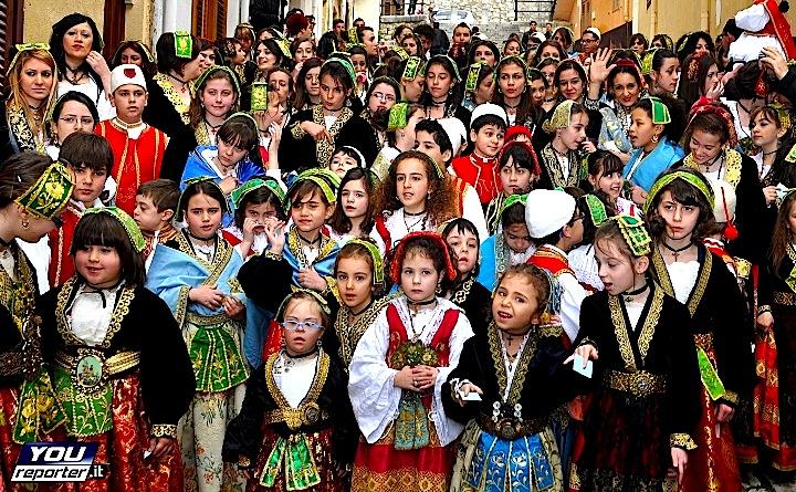Fëmijë në Festë tradicionale në Horën e Arbëreshve