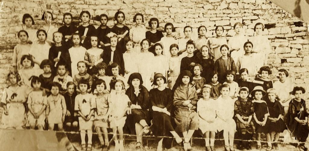 Klasa e Musinesë me mësuesen Urani Rumbo - viti 1926