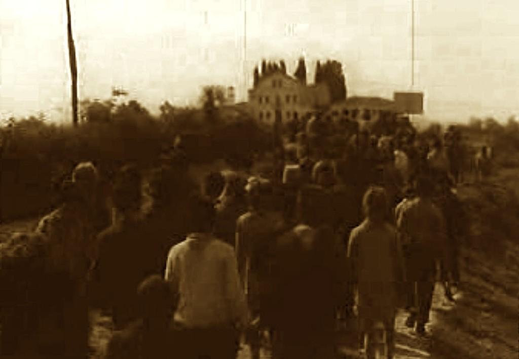 Shkurt 1967. Banorë të Durrësit në një manifestim ateist drejt manastirit të Shën Vlashit