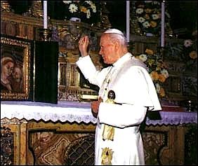 Papa Gjon Pali i II duke bekuar Zojën e Shkodrës dhe Shqiptarët