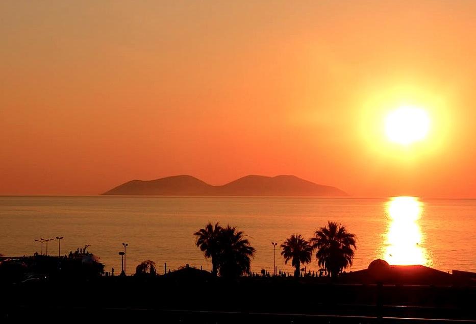 Perëndimi i diellit në detë