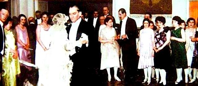 Ataturku - me vajzen floqare Myzejen