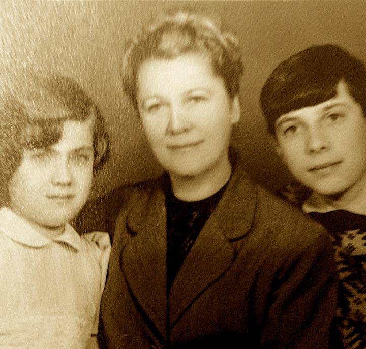 Vasilika Kotte me dy nipat e saj ,1968