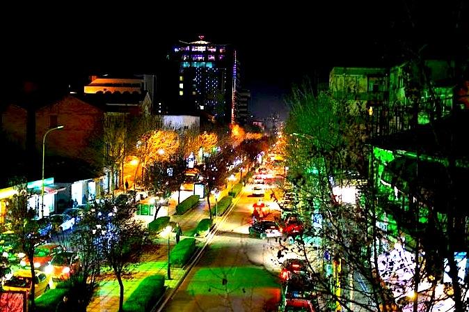 Rruga e Kavajës natën...