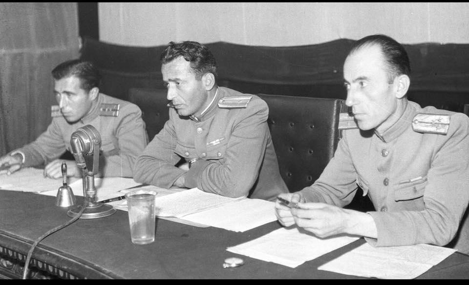 Trupa gjykuese me Niko Cetës (me profesion furrxhi) anash kapiten I Nexhat Hyseni kapiten II Mustafa Iljazi.