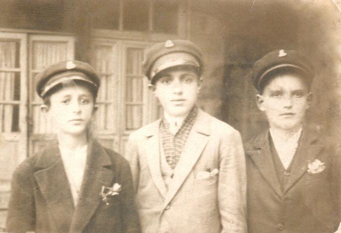 Bashkëliceistë të Liceut Francez të Korçës. Mes tyre edhe Mustafa Kadilli (i pari djathtas) - Viti 1926