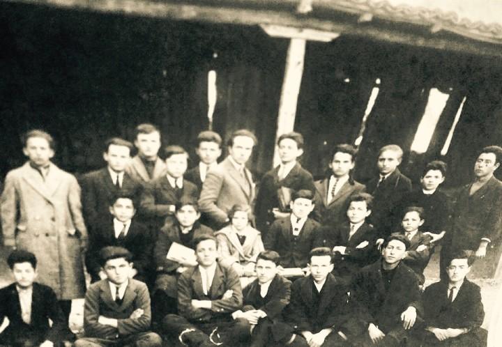 Bashkeliceistë në Liceun Francez të Korçës. Viti 1927-1928