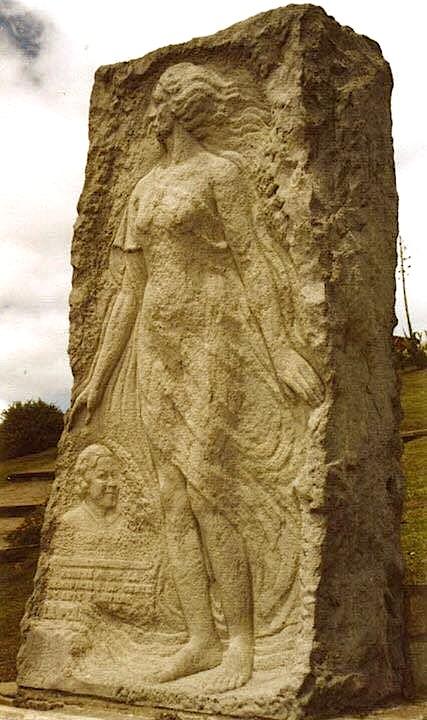 Statuja kushtuar Alfonsina Stornit
