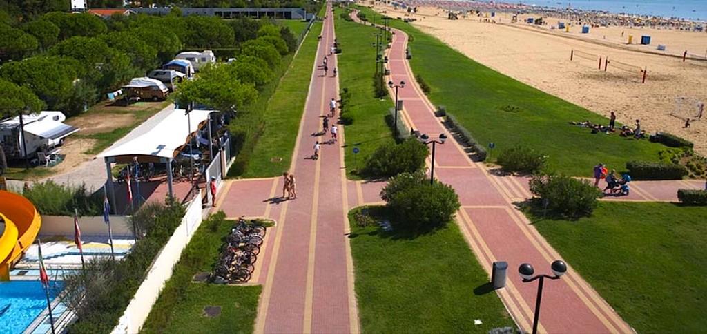 Nga e majta në të djathtë - pista ciclabile, udhëza e këmbësorve, gjelbërimi, zona e lojrave, zona e çadrave, zona e lirë për ecje buze detit