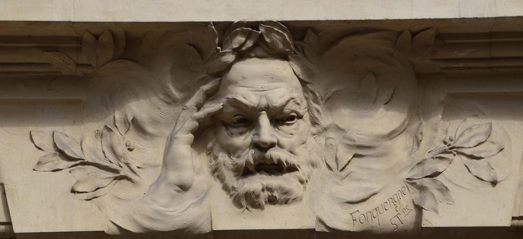 Në avenue Victor Hugo, në Paris, 16 arrondissement, gjendet gdhendur në gur mbi portën e rëndë të ndërtesës numër 124, portreti i shkrimtarit dhe republikanit të madh.