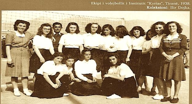 Kampionati i volejbollit për vajza 1938  (e para në të majtë Ksanthipi Dilo)