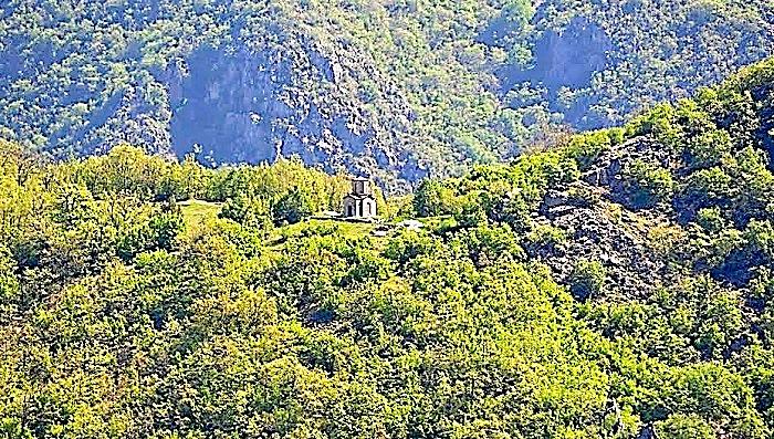 Kishë ortodokse në Dioqezën e Kunavise, në thellësi të maleve.