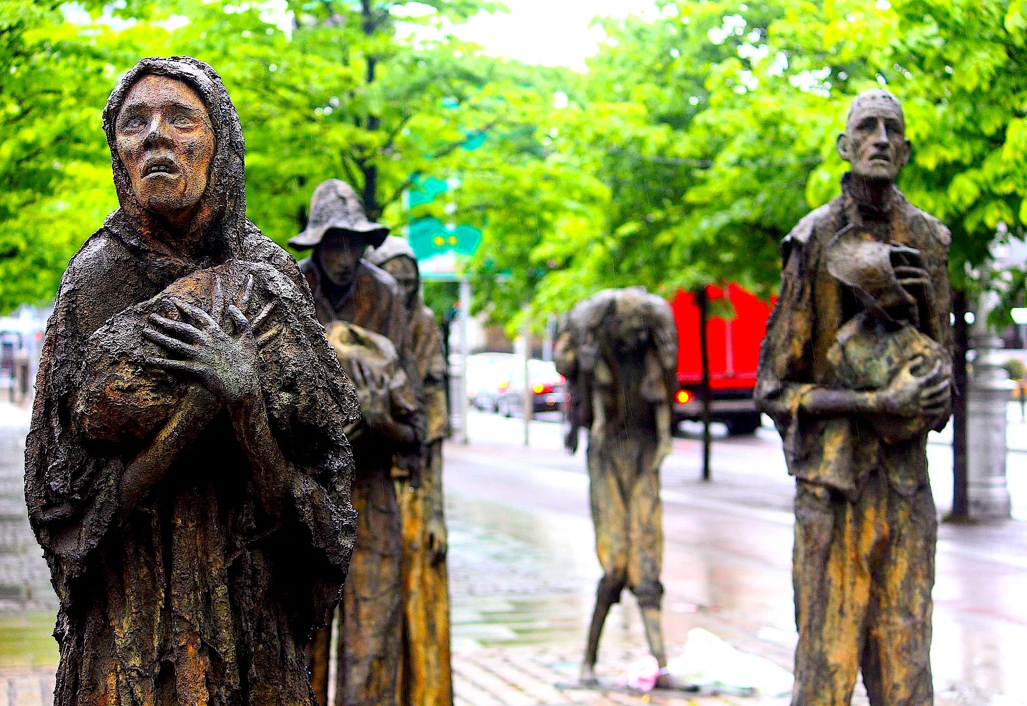 """Memoriali i """"Urisë se Madhe Irlandeze"""" (1845-1849).  kur 1 milion njerëz vdiqën urie e 1 milion emigruan nga Irlanda"""