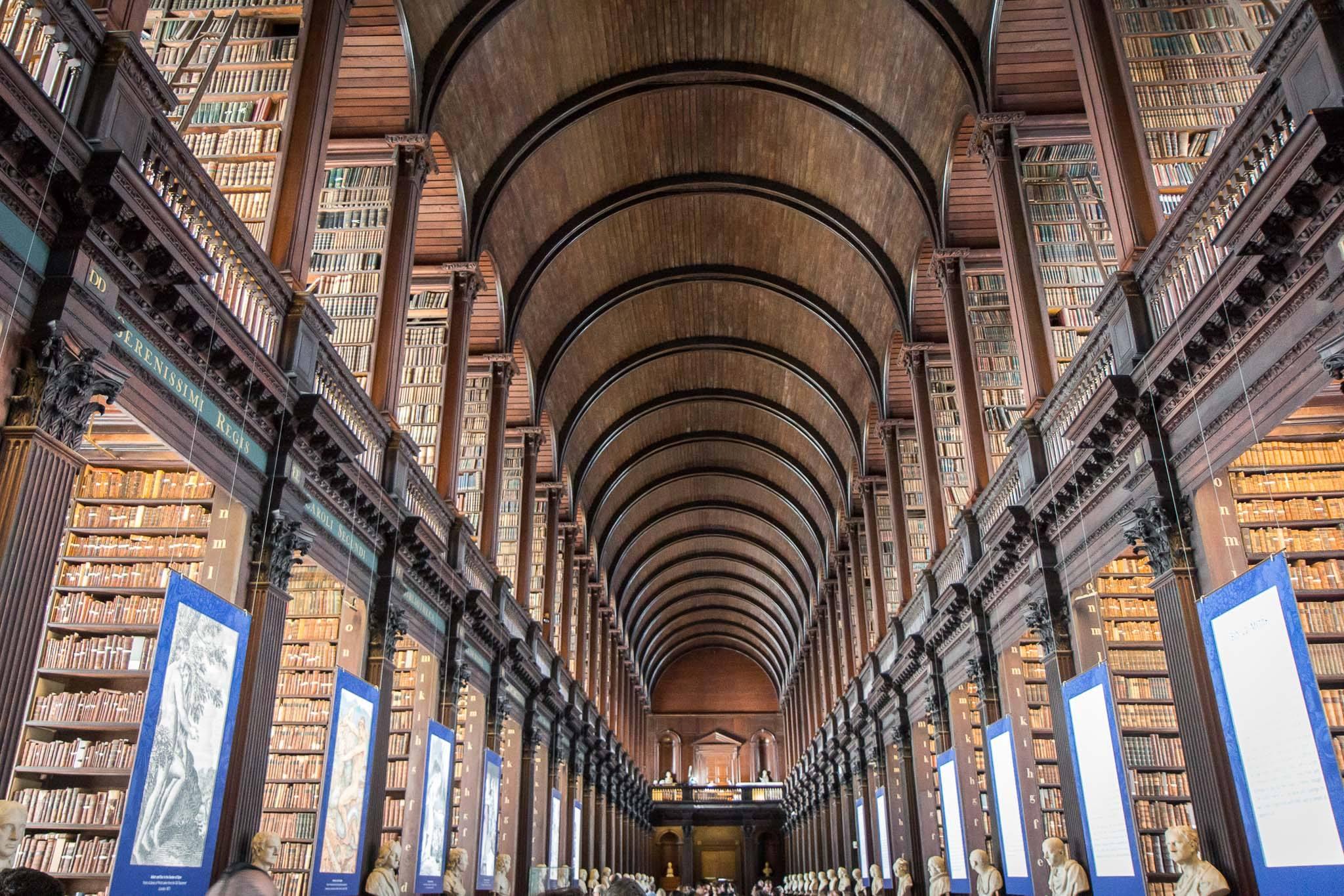 """Biblioteka e  Trinity College, ku gjindet """"Libri i Kells"""""""