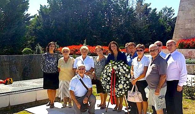 Familjarë të njerëzve që u masakruan nga Bomba në Ambasadë Sovjetike
