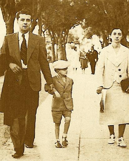 Enveri me Fahrijen në Bari dhe nipin Fatos në vitet '40.