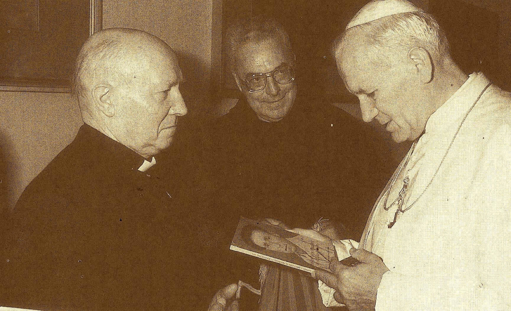 Papa Gjon Pali i II me kopjen e librit të Jak Gardinit dhe at Leo Gabriel Neal, Vatikan 1986