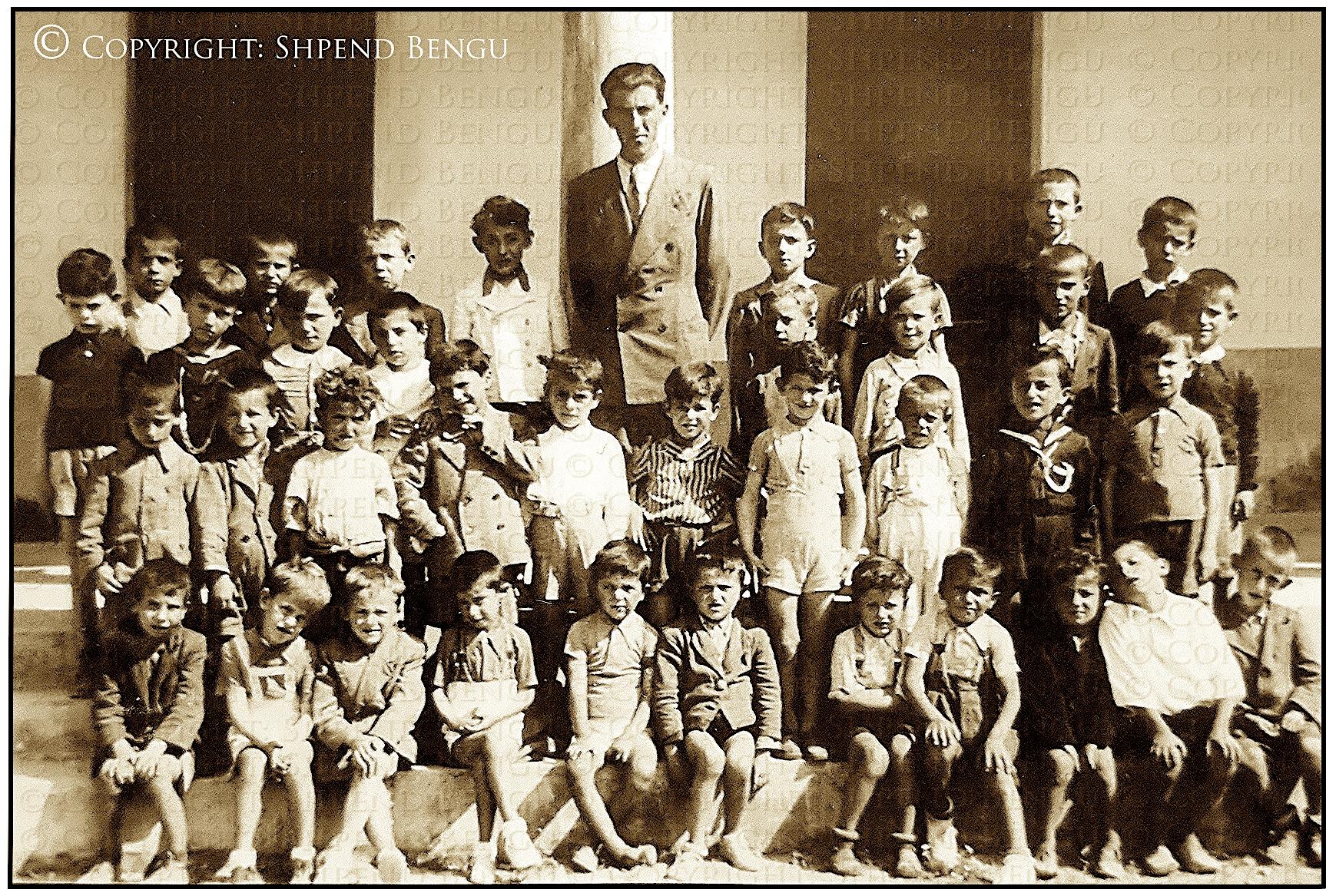 Prenkë Jakova dhe nxënësit e tij - Shkolla Françeskane - Shkodër 1944 (foto Shpend Bengu)