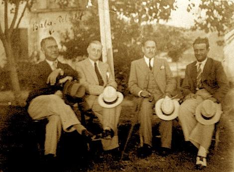 Poeti Ali Asllani mes miqve të tij në Vlorë