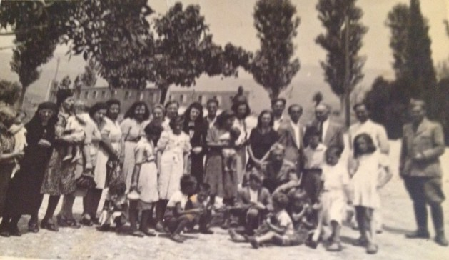 Drejtori Jahja Domnori, (me numer 1 mbi krye) mes autoriteteve të Ulqinit, mësuesve dhe prindërve të nxënësve në Ulqin, viti 1942