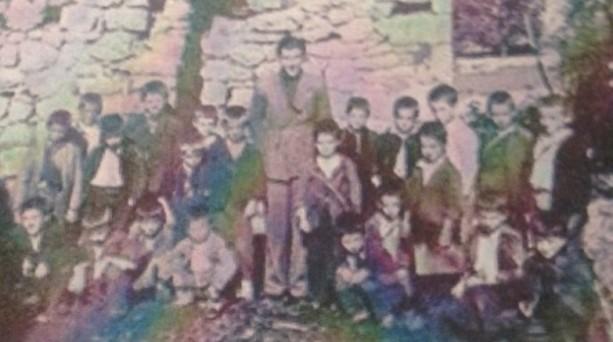 Kompozitori Preng Jakova, mes nxënësve të shkollës fillore shqipe, në fshatin Katërkoll të Ulqinit, viti 1942.