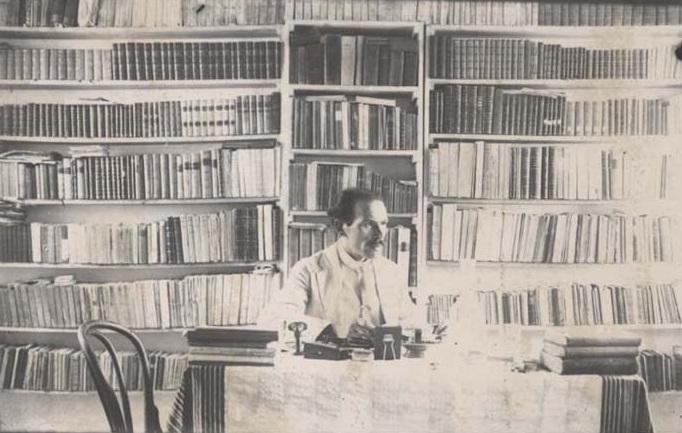 Mirash Ivanaj në bibliotekën e tij...