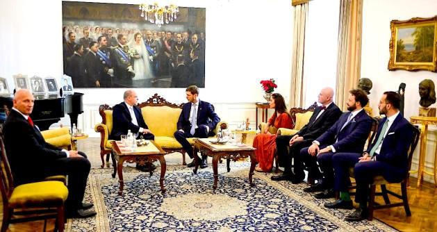 Princ Aberti i Monakos në bisedë me Princ Lekën e II