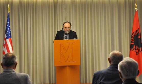 Prof. Kristaq Jorgo duke lexuar kumtesën