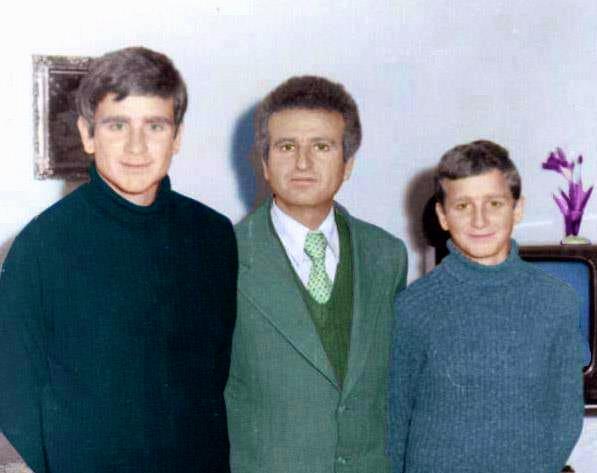 Gjyzel Hasani me dy djemtë, Edmondin dhe Artanin