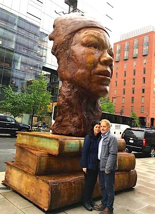 Visar dhe eda Agaj Zhiti - te statuja e Maya Angelou