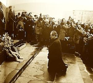 Willy Brand - përkulet në Warshavë për krimet e Nazizmit