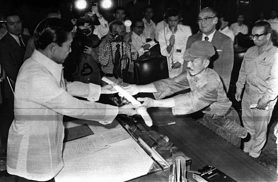 Hiro Onoda i dorëzon shpatën e tij të oficerit, presidentit filipinez Ferdinand Emmanuel Edralin Marcos