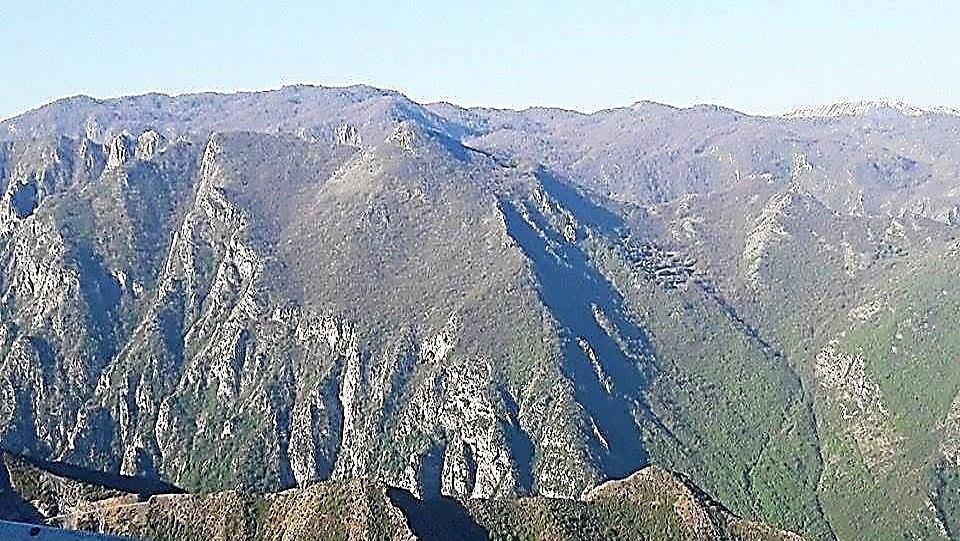 Në plan të parë Mali i Manës, përtej majave mali i Bardhetës dhe mes tyre shtrihet e fshehur lugina e Valit