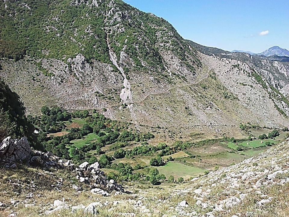 Në shpatin e malit rrugëkalimi për në Qytezën e Valit (Kështjella Val - Martis)