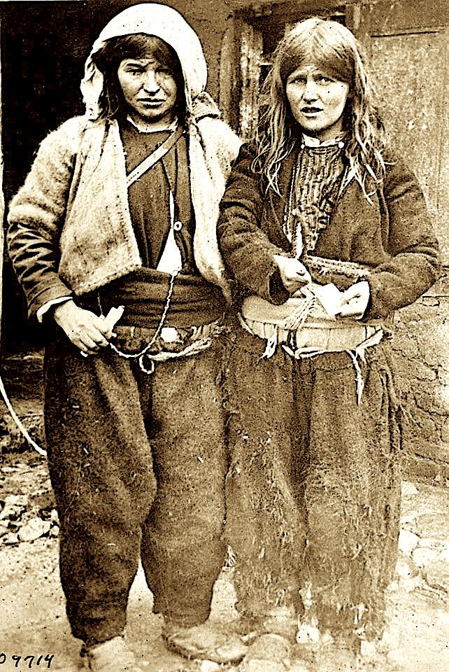 Dy vajza fshati ne vitet '30