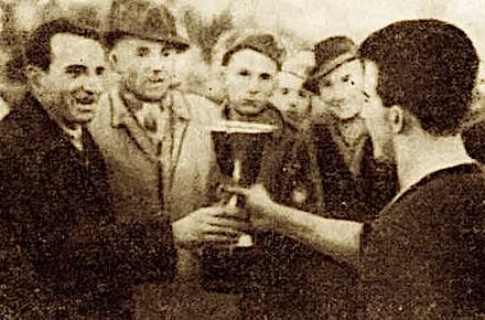 Anton Mazreku i jep Kupen e kampionatit te vitit 1946 Loro Boriçiit te Vllaznise